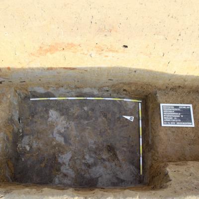 Basis eines Ofens mit rötlichen Brandlehmresten von der Kuppel