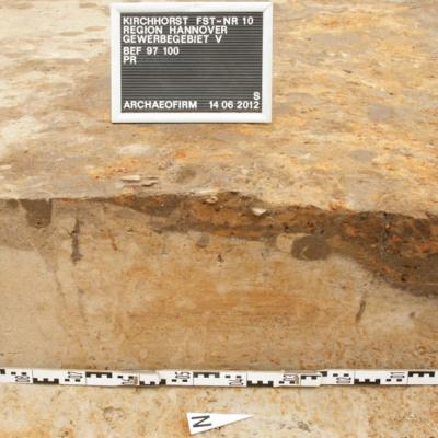 Zerstörtes Urnengrab im ehemaligen Uferbereich