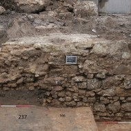 Abb. 11 Die Stadtmauer (Bef. 186) mit angesetztem, südlichem Turmfundament (Bef. 207). Stadtmauer und Turmfundament greifen in die Kulturschicht des 13./14. Jh. (Bef. 167) als auch teilweise in die Rudimente des Kellerkomplexes 237 ein.