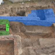 Abb. 10 Grün markiert sind die Elemente der Stadtbefestigung (Stadtmauer Befund 186, Turmfundamente Befunde 207, 208, 209), blau markiert sind die ehemaligen Zeughausfundamente (Befund 187).
