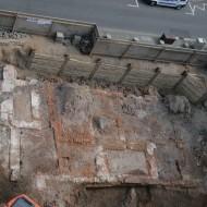 Abb. 13 (b) Die ausgegrabenen Fundamente des ratseigenen Gebäudes.