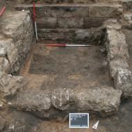 Abb. 14 Einer der kleineren Keller (Bef. 139) auf Parzelle Roßmühle 3 mit vermutlichen Spolien aus dem rückgebauten Zeughaus an der Nordwand.